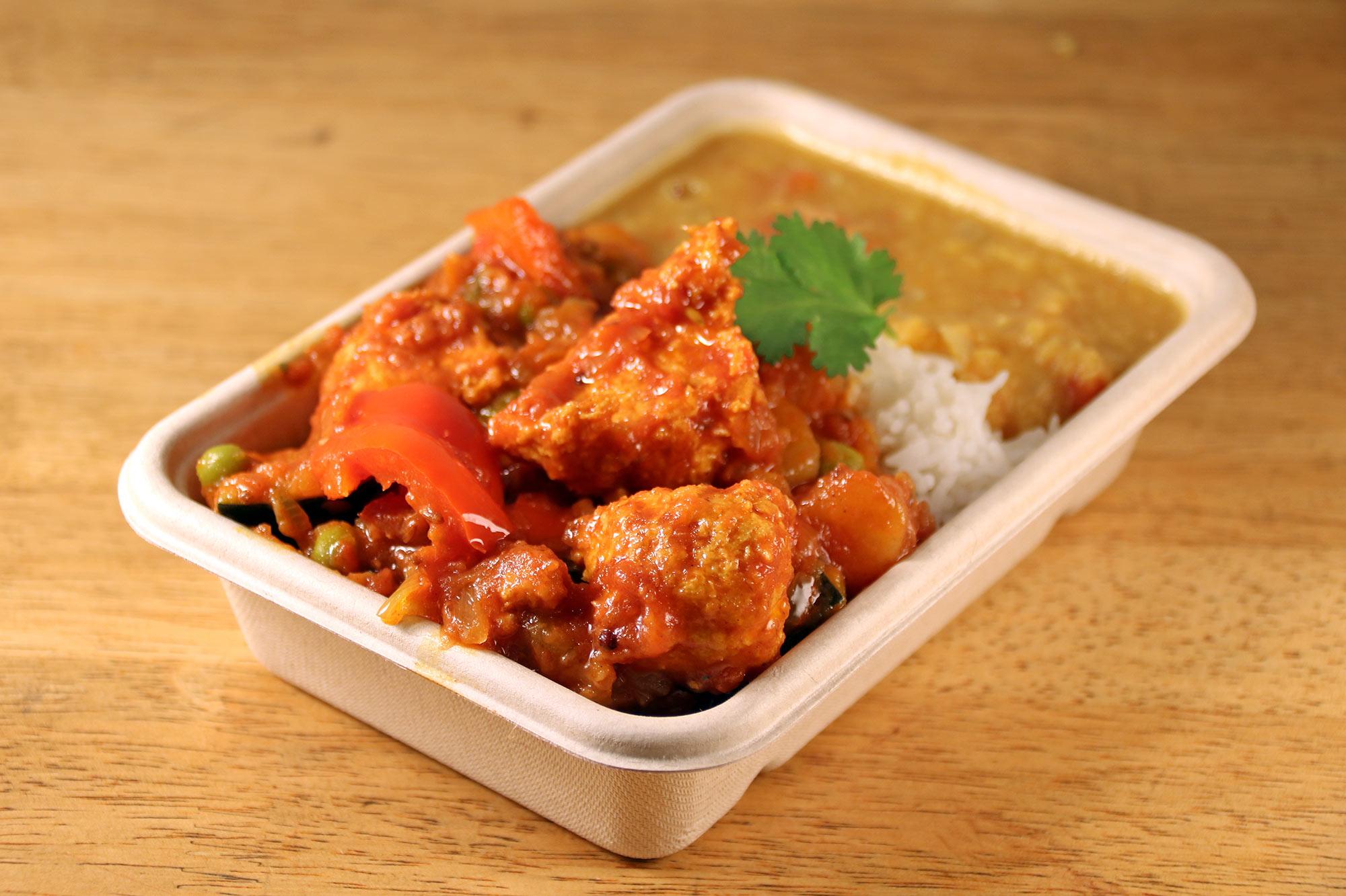Vegan chicken, tamarind & vegetable curry