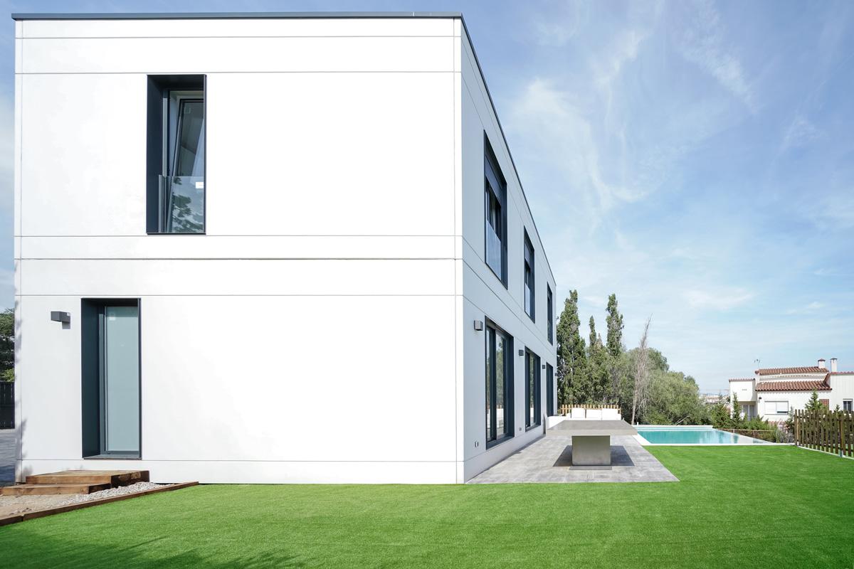 Fachada lateral y jardin vivienda
