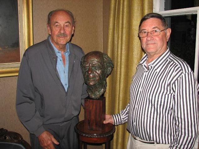 Kunstenaar Pierre Volschenk en Johan Krige by die borsbeeld van Uys Krige