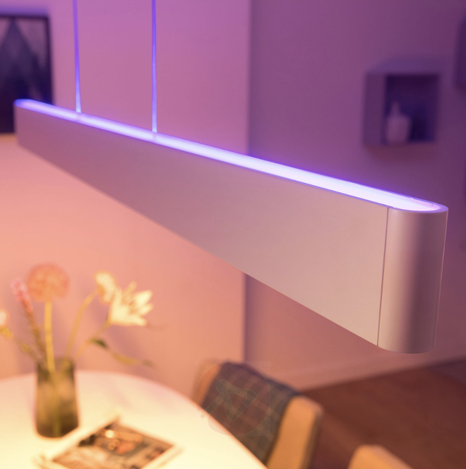 Raum in rosa Licht mit Philips Hue