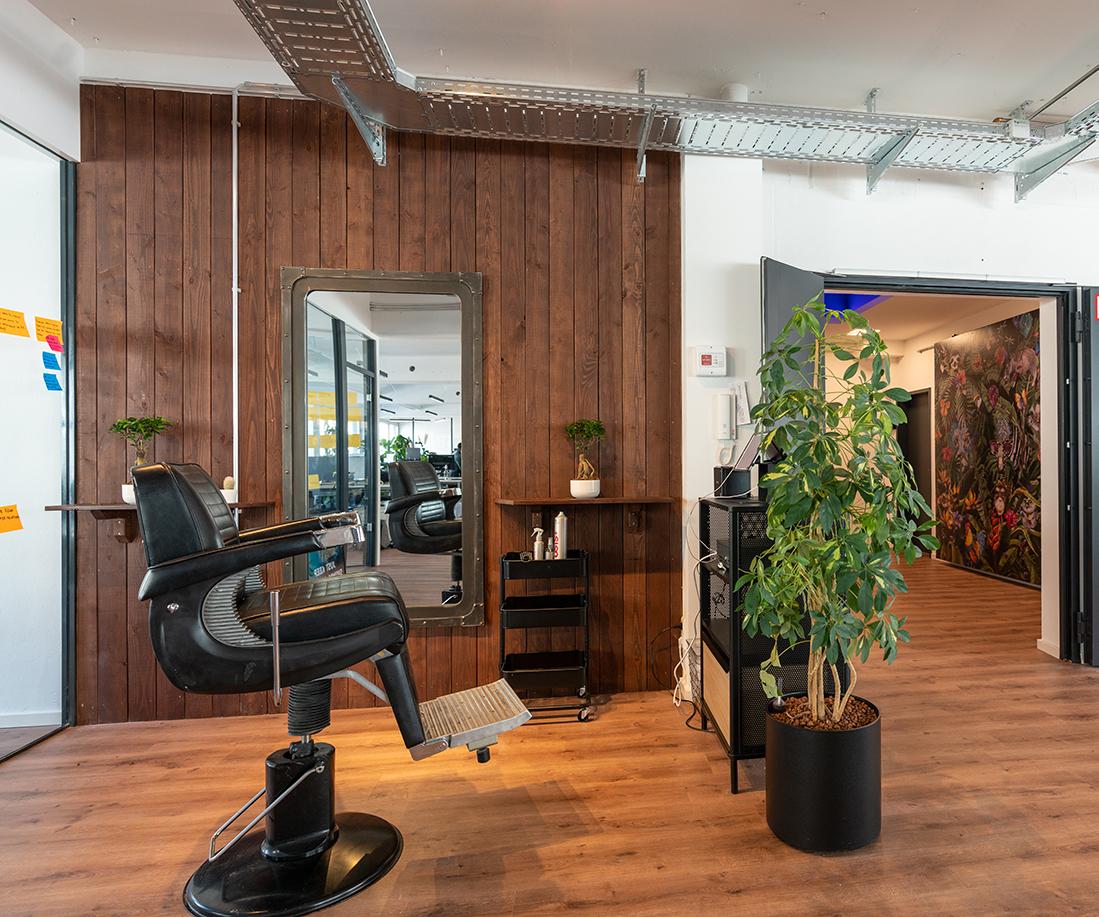 Frisörstuhl im Empfangsbereich der Shore GmbH