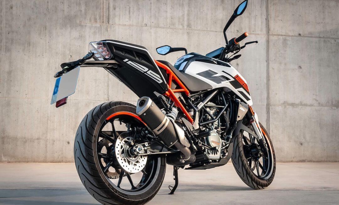 Geparktes Motorrad in weiß, schwarz und orange