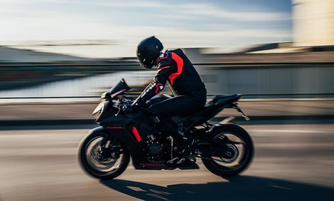 Schnelles Motorrad mit roten Akzenten