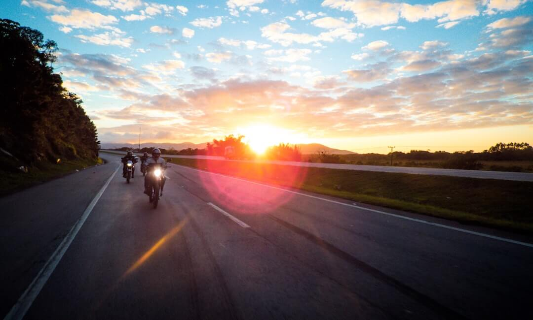 Motorrad-Gruppenfahrt auf der Autobahn bei Sonnenuntergang