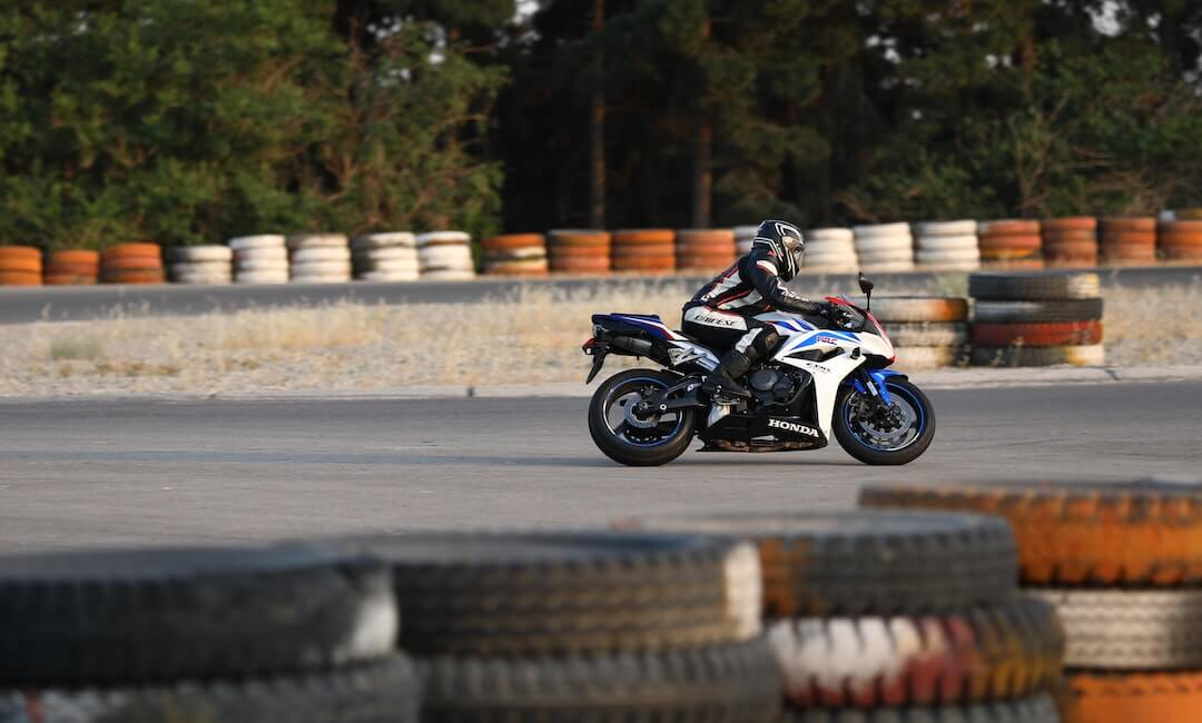 Motorradfahrer auf Rennstrecke