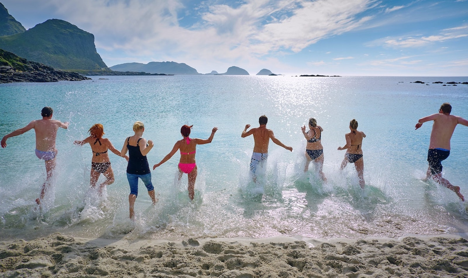Menschen laufen gemeinsam ins Wasser