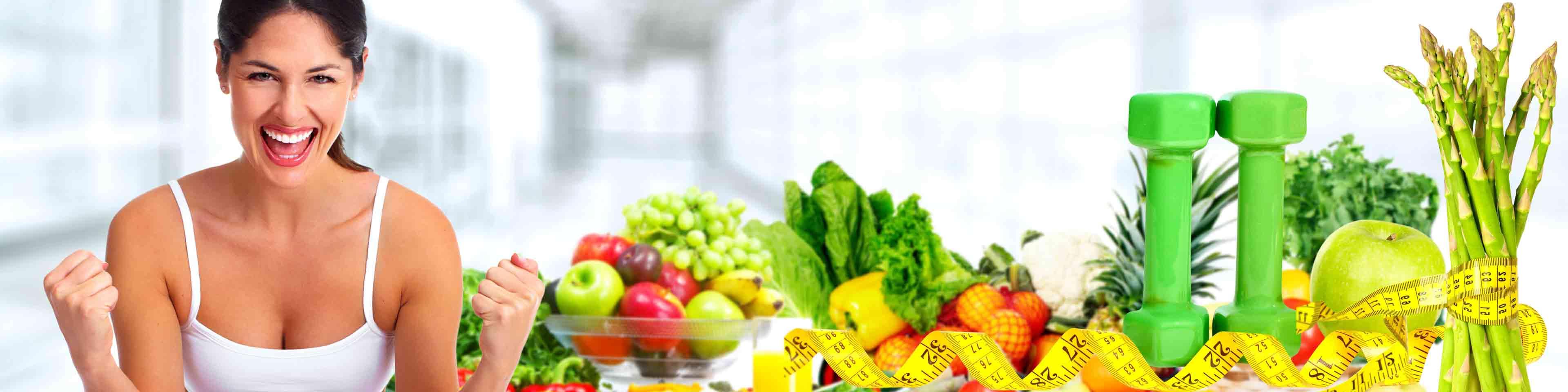 hero image homepagina - sportieve vrouw met decor van gezond eten en fitness attributen