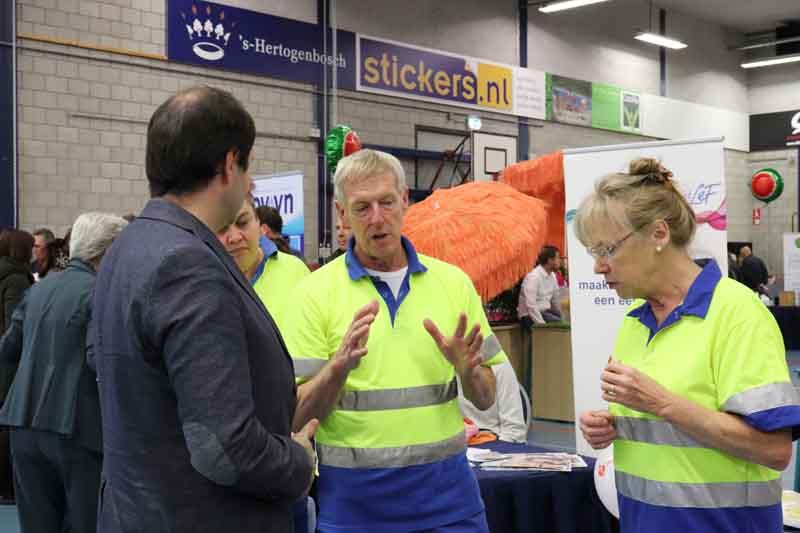 sfeerfoto - in geanimeerd gesprek met EHBO medewerkers