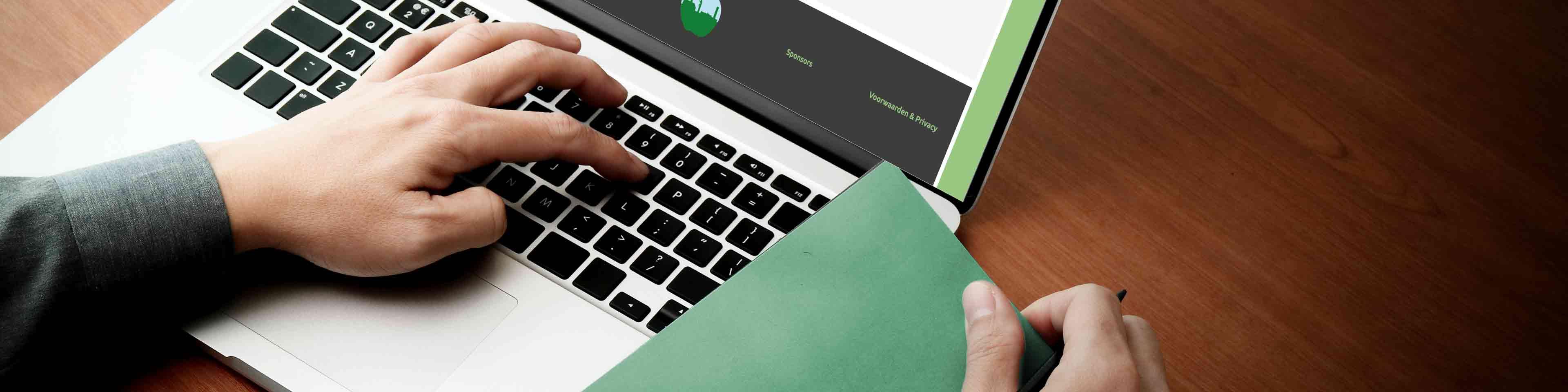banner pagina inschrijven activiteit, weergave: persoon typend op laptop