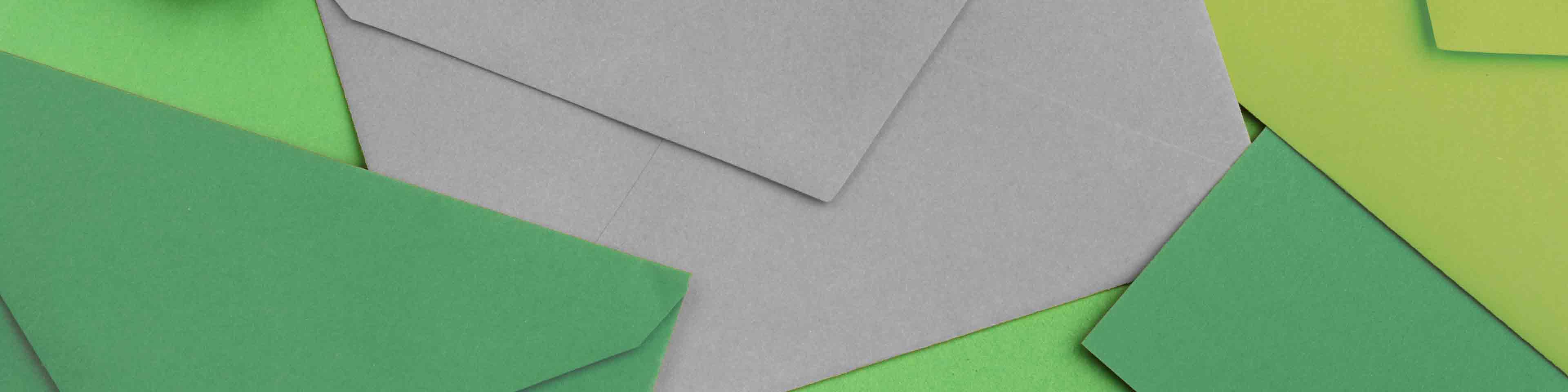 banner afbeelding voor contactpagina, weergave: enveloppen in tinten groen en grijs