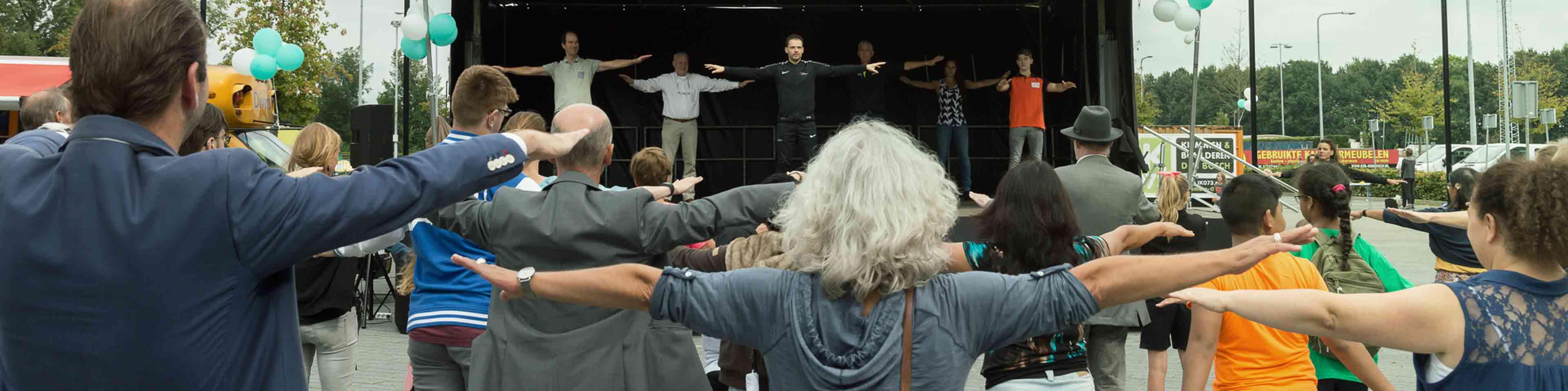 Hero foto, afgebeeld sportieve groepsactiviteit op het plein