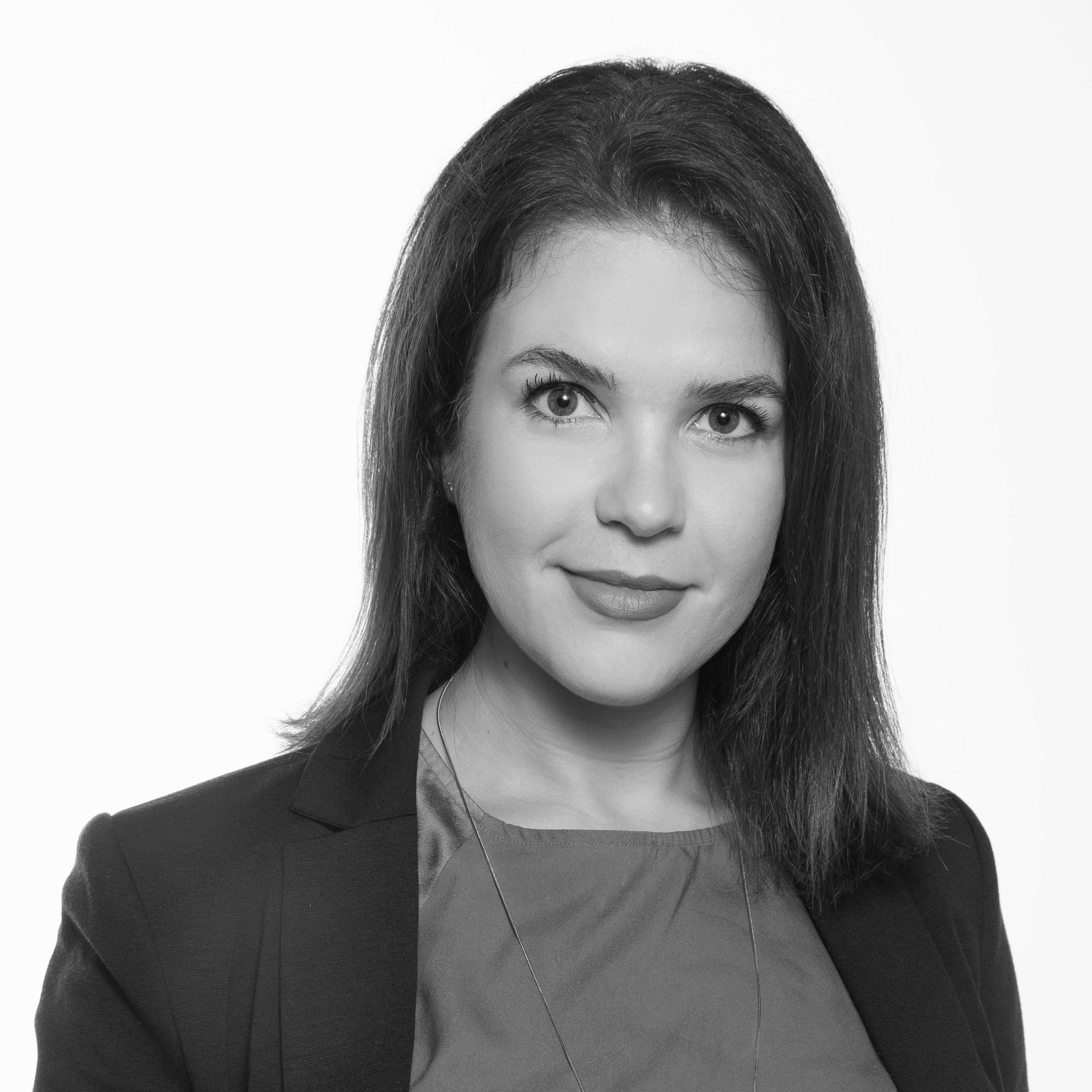 Foto de perfil Fabiene Brites. Na foto se vê uma mulher com olhar confiante e leve sorriso.