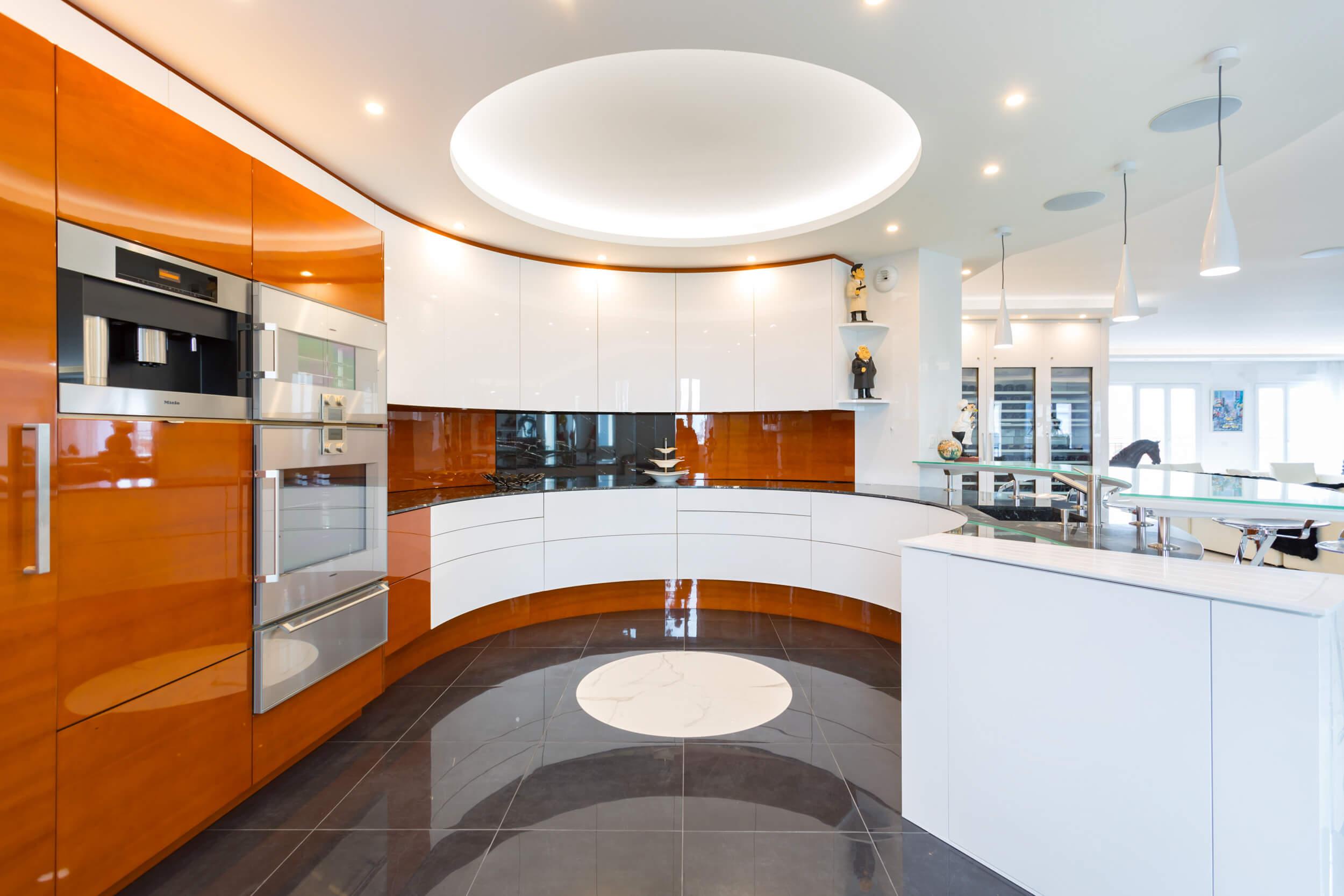 Cuisine de l'appartement de 500 mètres carrés, décoration moderne à Puteaux et aménagé par Heliot