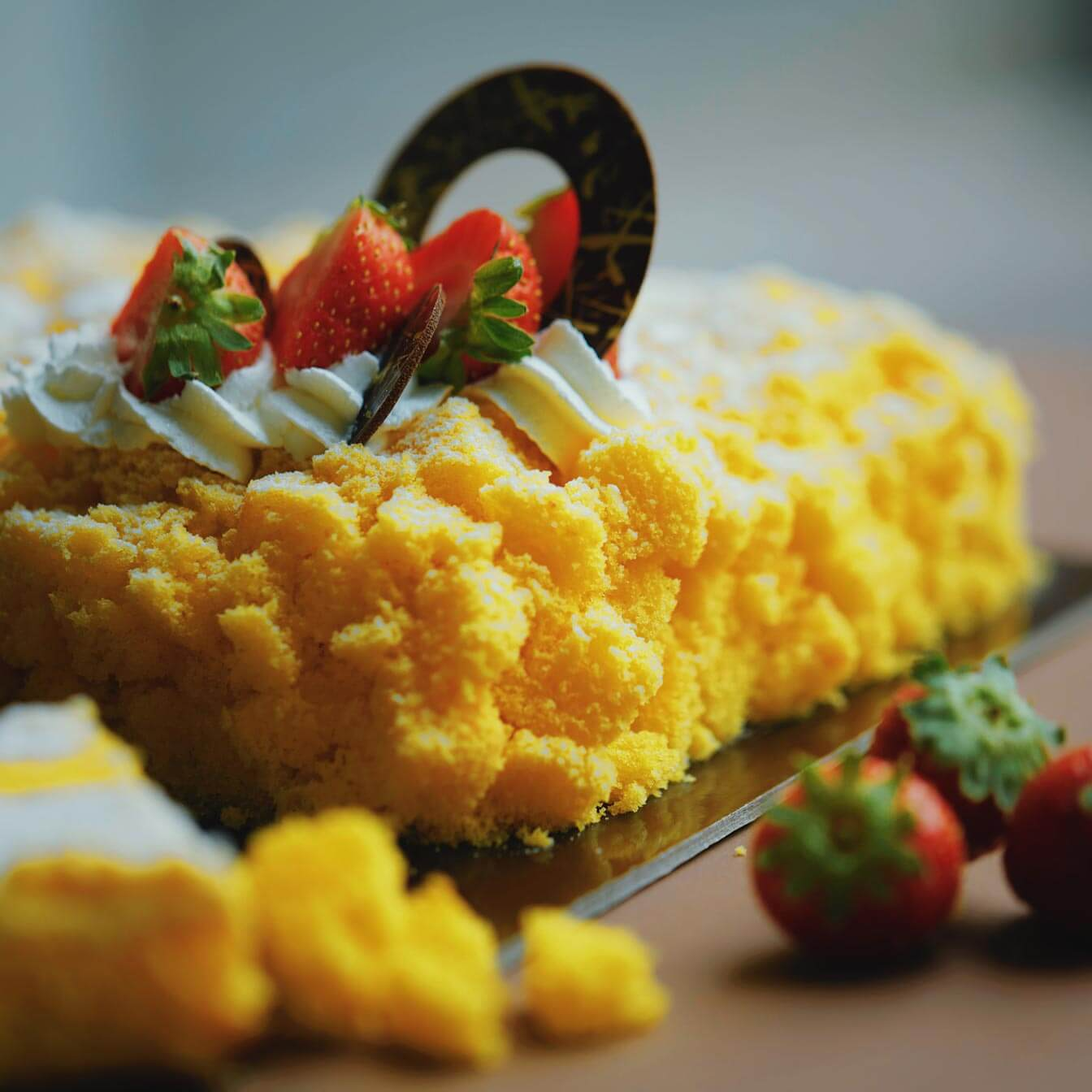 Torta mimosa, pan di Spagna e frutta decorativa