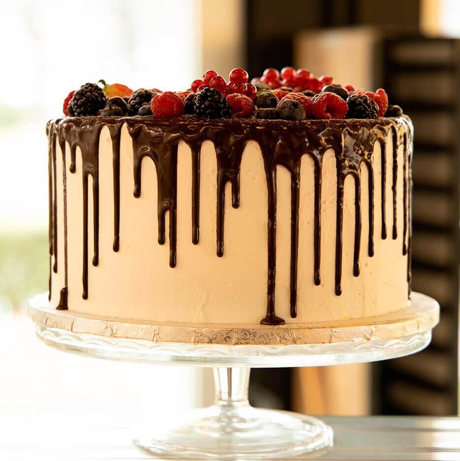 Drip Cake con misure standard che vanno dai 600g (4/6 perosne) fino 1.5 Kg (10/12 persone). Opzione senza lattosio.