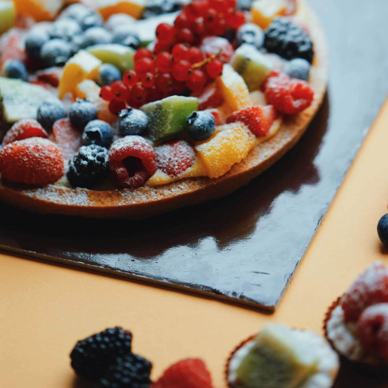 Crostata di frutta con misure standard che vanno dai 600g (4/6 perosne) fino 1.5 Kg (10/12 persone). Opzione senza lattosio.