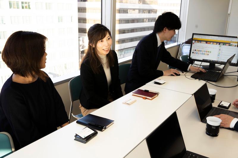 人, 室内, テーブル, ラップトップ が含まれている画像自動的に生成された説明