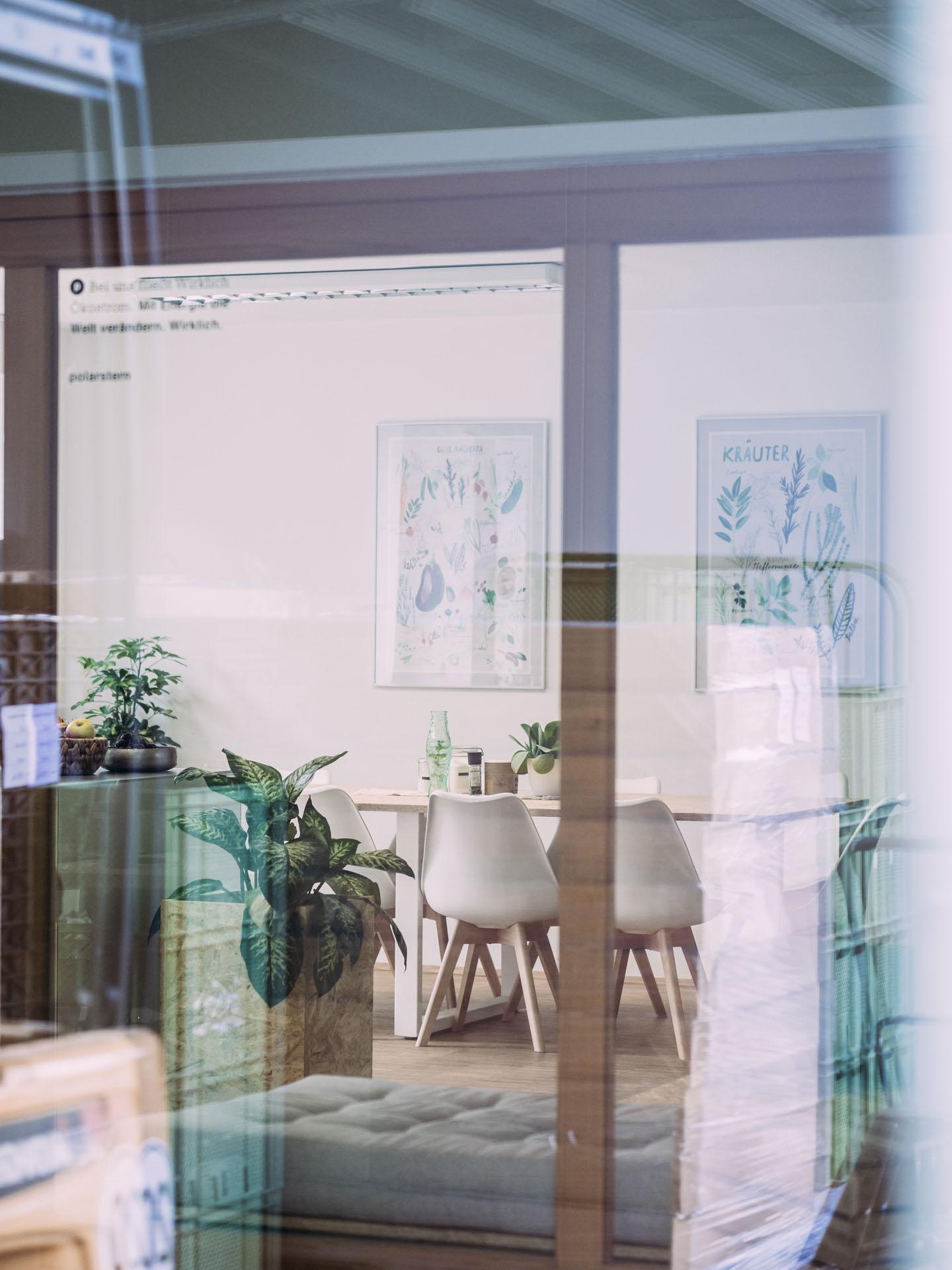 Completeorganics Büro mit Glasspiegelung