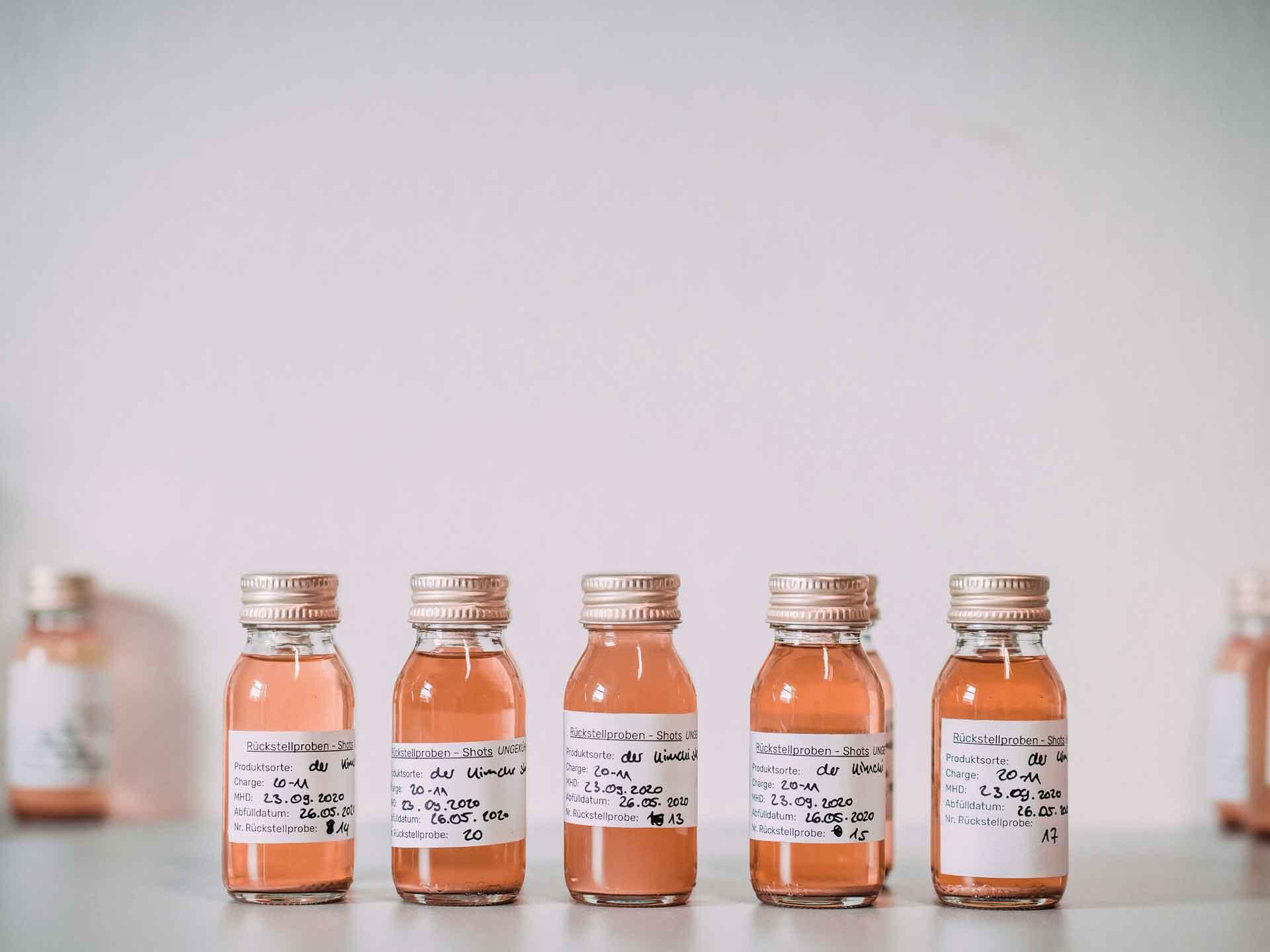 rosa Flaschen mit Kimchi Completeorganics