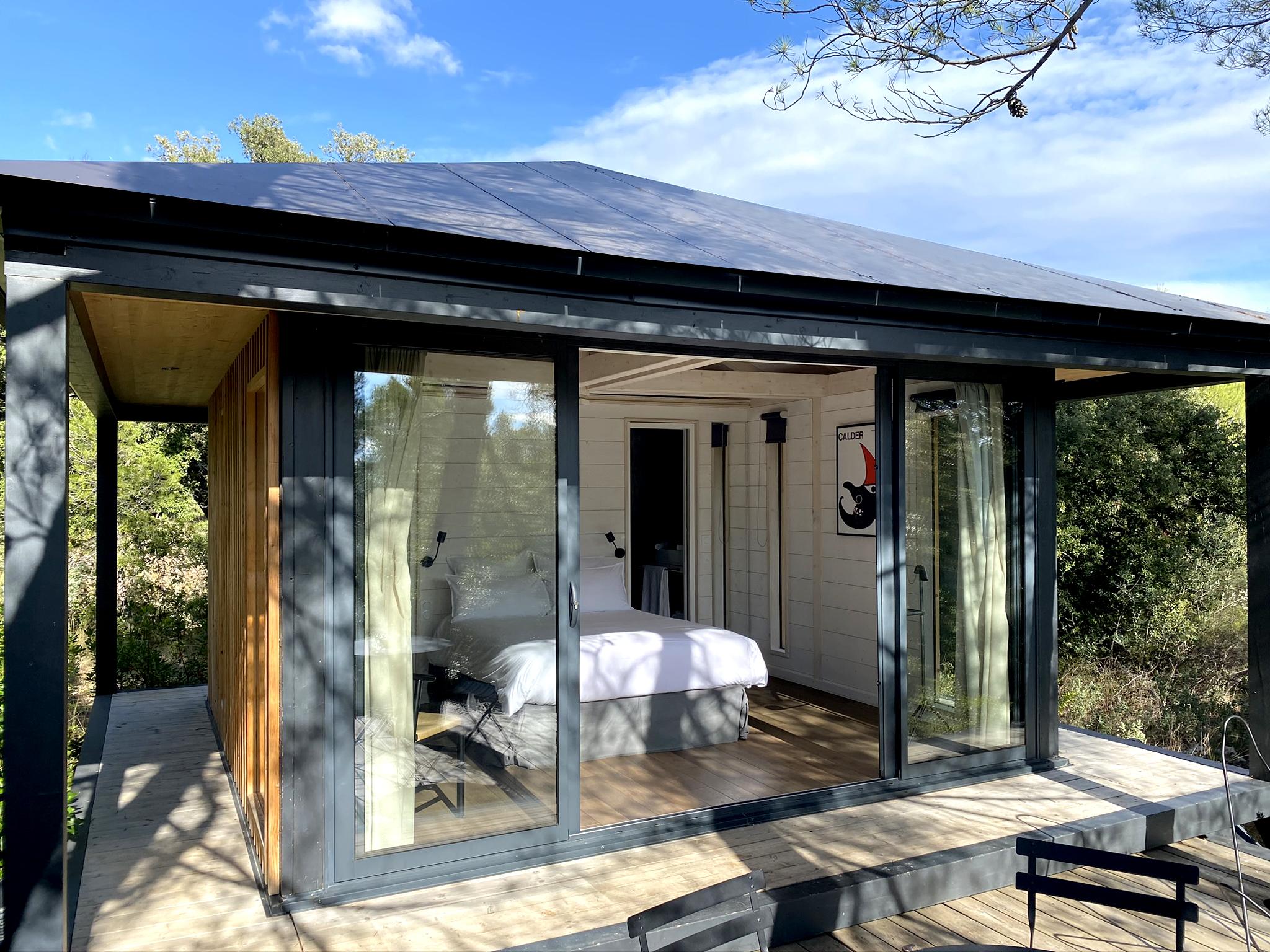 Cabane Kobé en bois brûlé et en finition bois blanchi intérieur véritable lieu de détente.