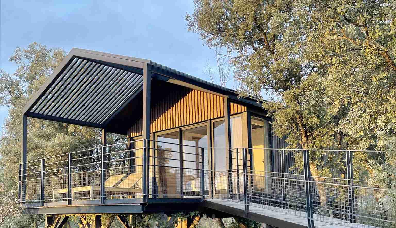 Cabane sur pilotis, studio de jardin design dessiné par des architectes.