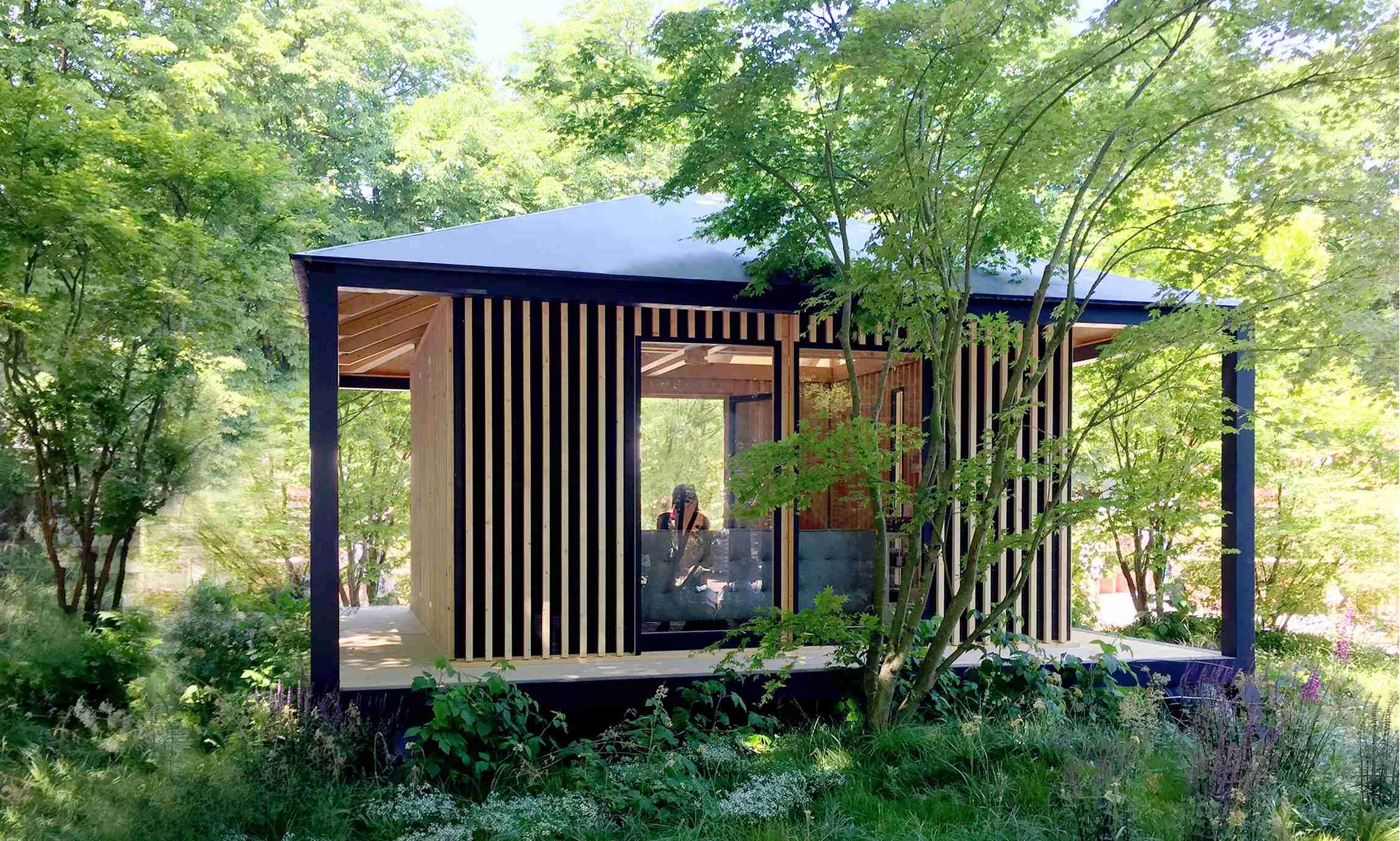 Cabane Kobé dans la nature, lieu de méditation dans le jardin.