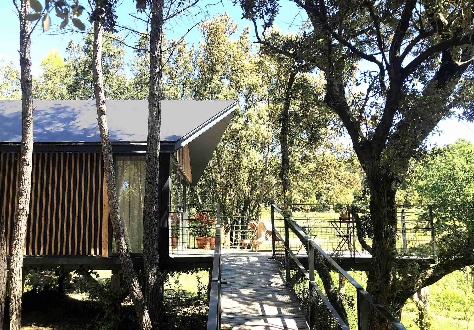 Cabane Ardennes, cabane design, posée sur pilotis sans dalle béton en osmose avec la nature.
