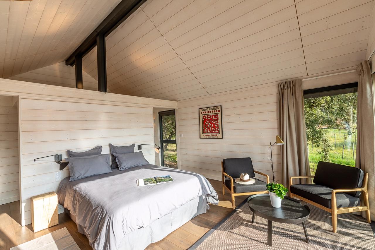 Cabane à charpente Ardennes en bois blanchi, chambre dans une cabane pour le Domaine Monte Verdi