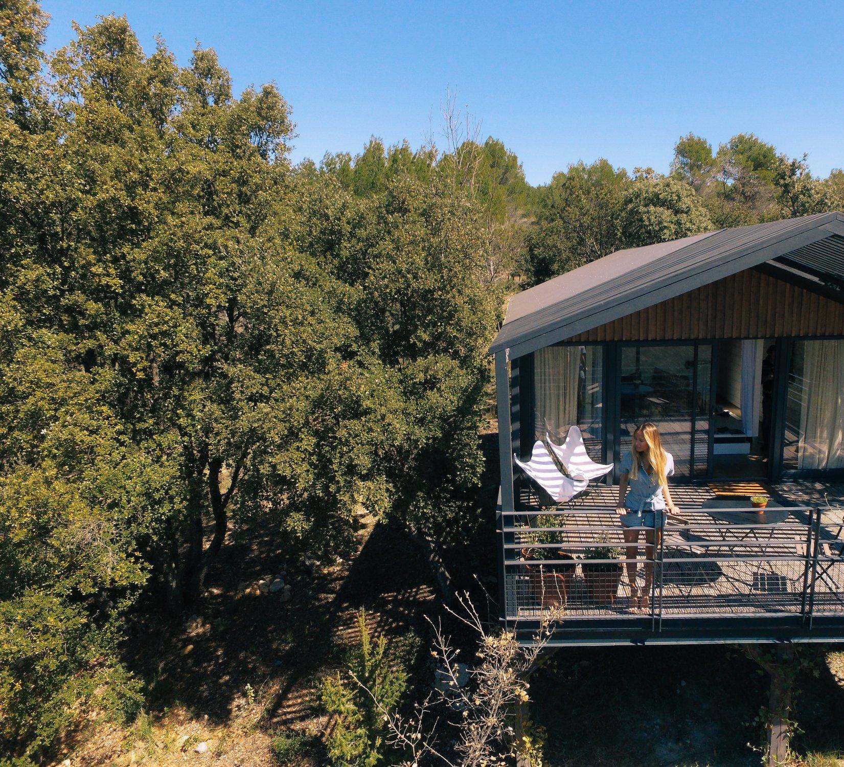 Cabane sur pilotis Copacabanon de modèle Grison avec une terrasse en pleine nature