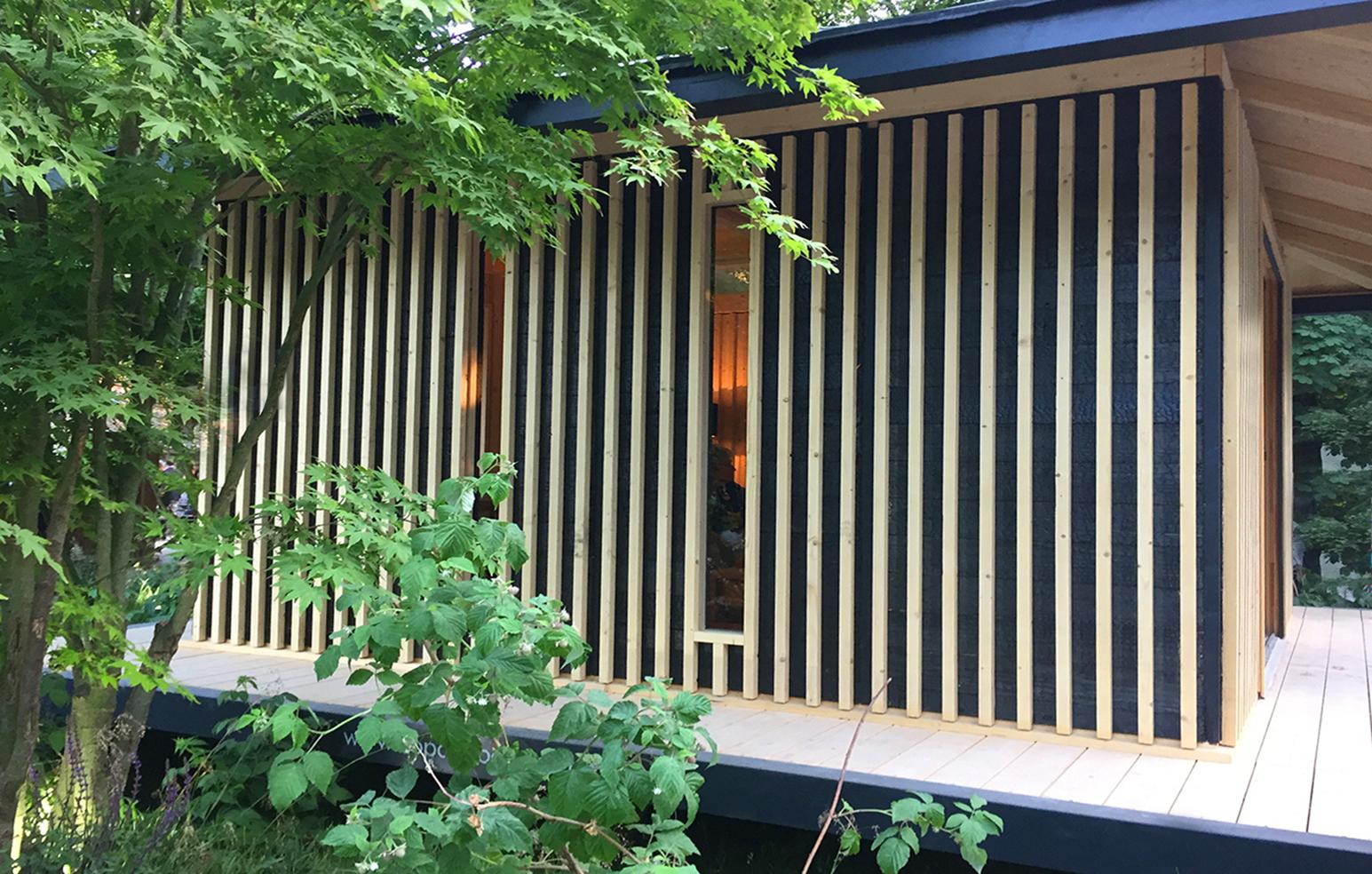 Cabane design en bois, pièce de jardin conçu par des architectes avec une finition en bois brulé shou sugi ban.