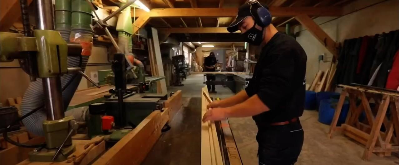 Artisan travaillant le bois dans l'atelier de Copacabanon