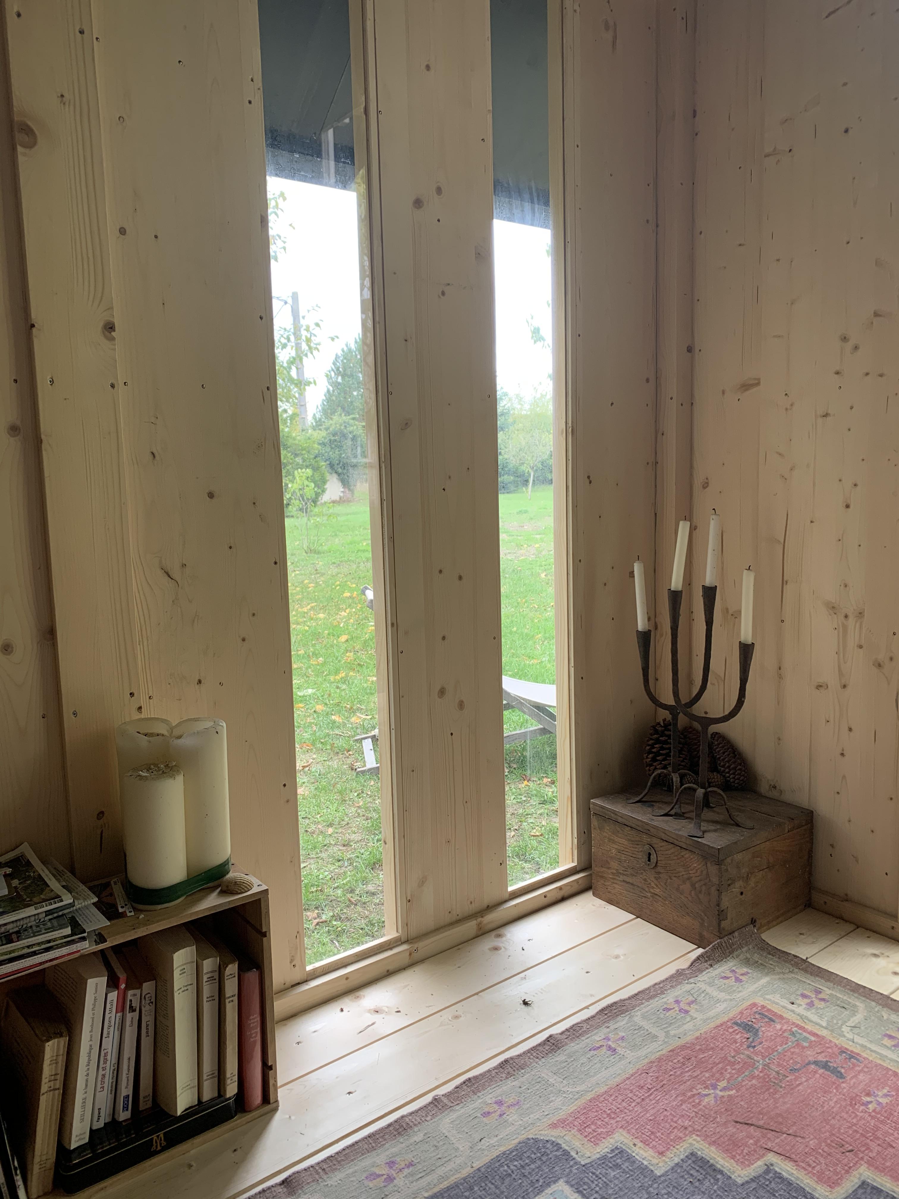 Vitrages 19x180cm, intérieur bois brut.