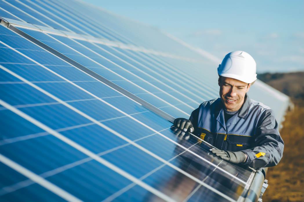 ingegnere e pannello solare