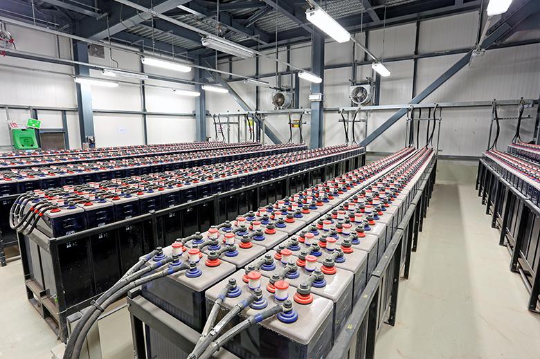 ¡Aumenta el espacio de tu almacén reduciendo la cantidad de baterías necesarias para tu operación!