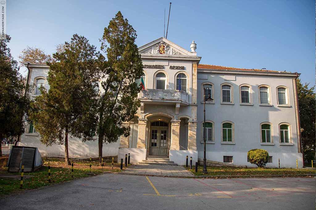 Антична фамилна гробница, в градинката пред Регионален държавен архив - Варна