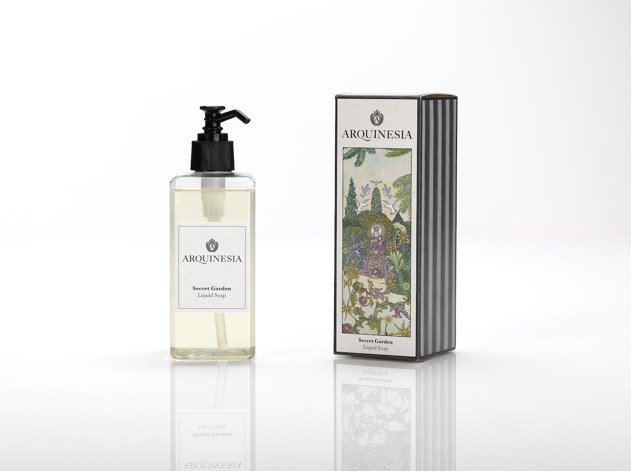 Die Arquinesia Flüssigseife reinigt sanft die Hände, ohne sie austrocknen zu lassen und hat einen erfrischenden Duft. Die Flüssigseife ist ein natürliches Produkt, vegan und frei von Silikon, Paraffin, Farbstoffen und synthetischen Konservierungsstoffen. 300 ml Flüssigseife mit dem Secret Garden Duft.