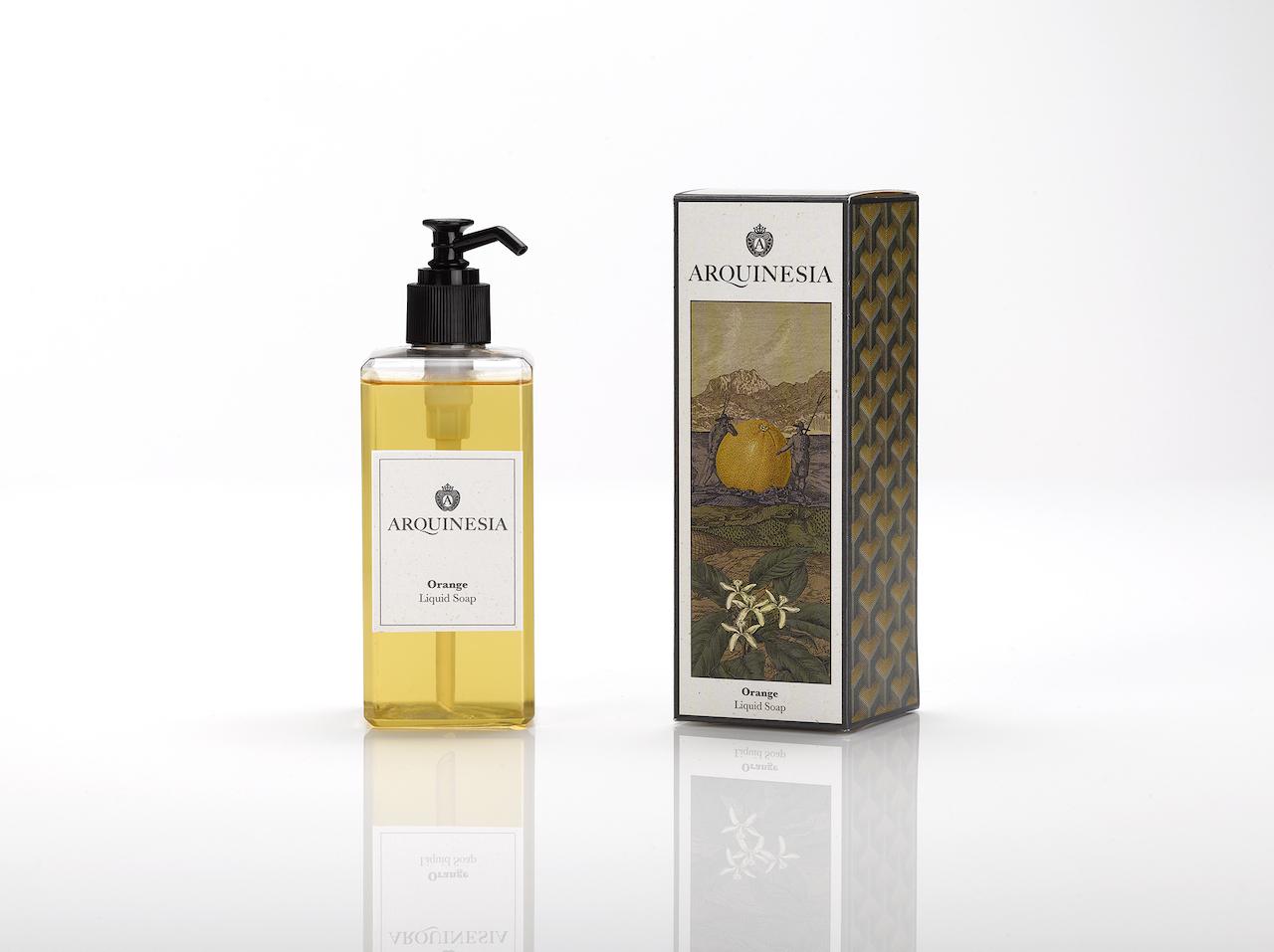 Die Arquinesia Flüssigseife reinigt sanft die Hände, ohne sie austrocknen zu lassen und hat einen erfrischenden Duft. Die Flüssigseife ist ein natürliches Produkt, vegan und frei von Silikon, Paraffin, Farbstoffen und synthetischen Konservierungsstoffen. 300 ml Flüssigseife mit dem Orangen Duft.