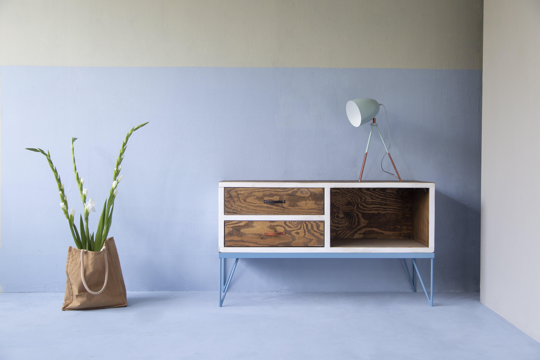 Das Sideboard aus Bauholz und pulverbeschichtetem Eisen versprüht Industrial-Charme im ganzen Raum und sorgt mit seinen weißen und blauen Details, sowie den Ledergriffen garantiert immer für den richtigen Blickwinkel.