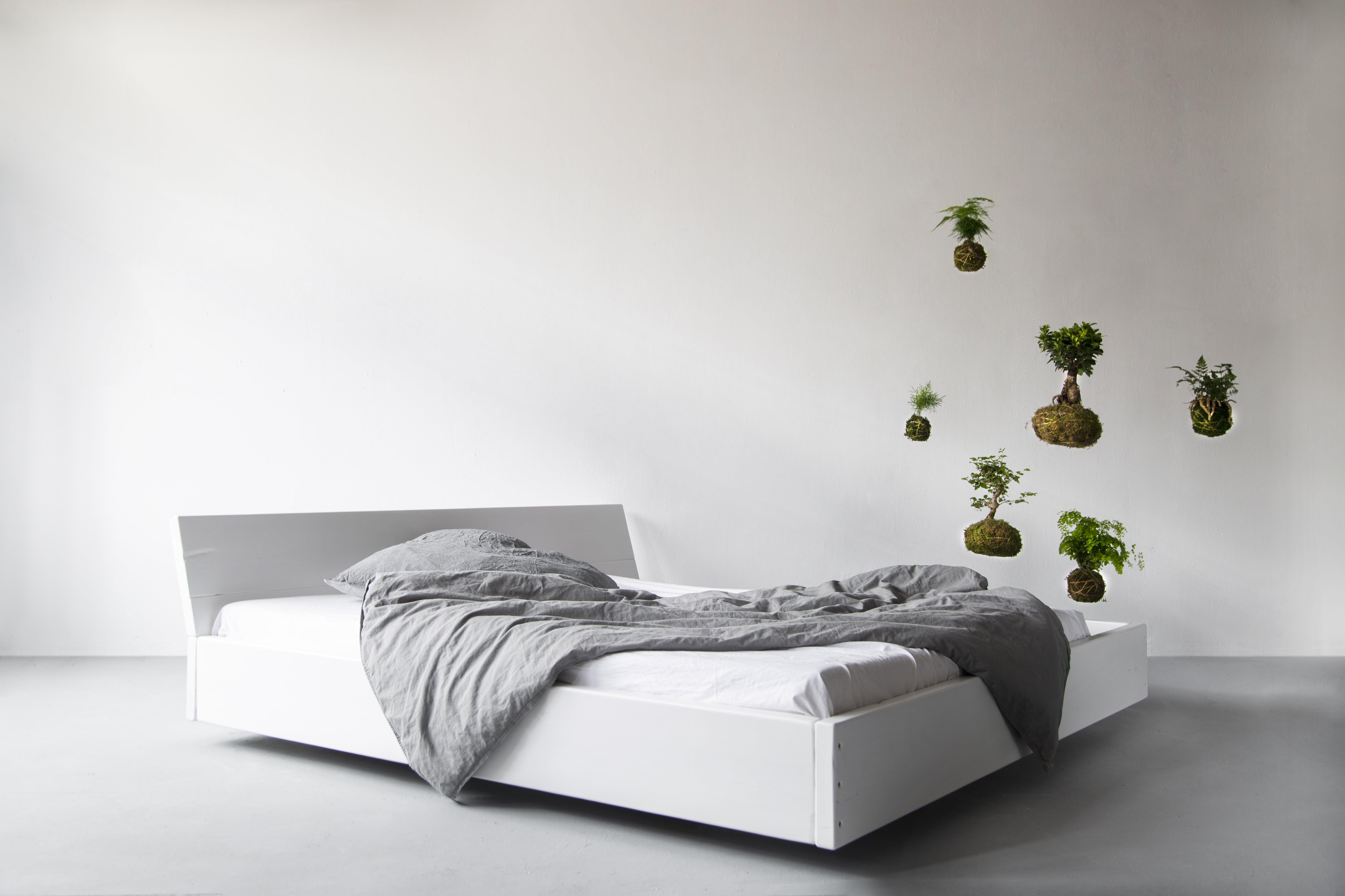 Das rustikale Bett aus Bauholz vereint Natur und Handarbeit und zeigt, wie Bauholzdesign heute funktioniert. Der Schwebeeffekt ist Lussans einzigartiges Merkmal und bringt in Kombination mit dem white washed Finish Leichtigkeit und einen Hauch Landhausstil in dein Schlafzimmer.