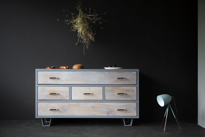 Die Kommode Lili mit Metall/Ledergriffen und Cadanet Füßen vereint Industrial Stil, Minimalismus, Bauholz, Handarbeit und ganz viel Natur.