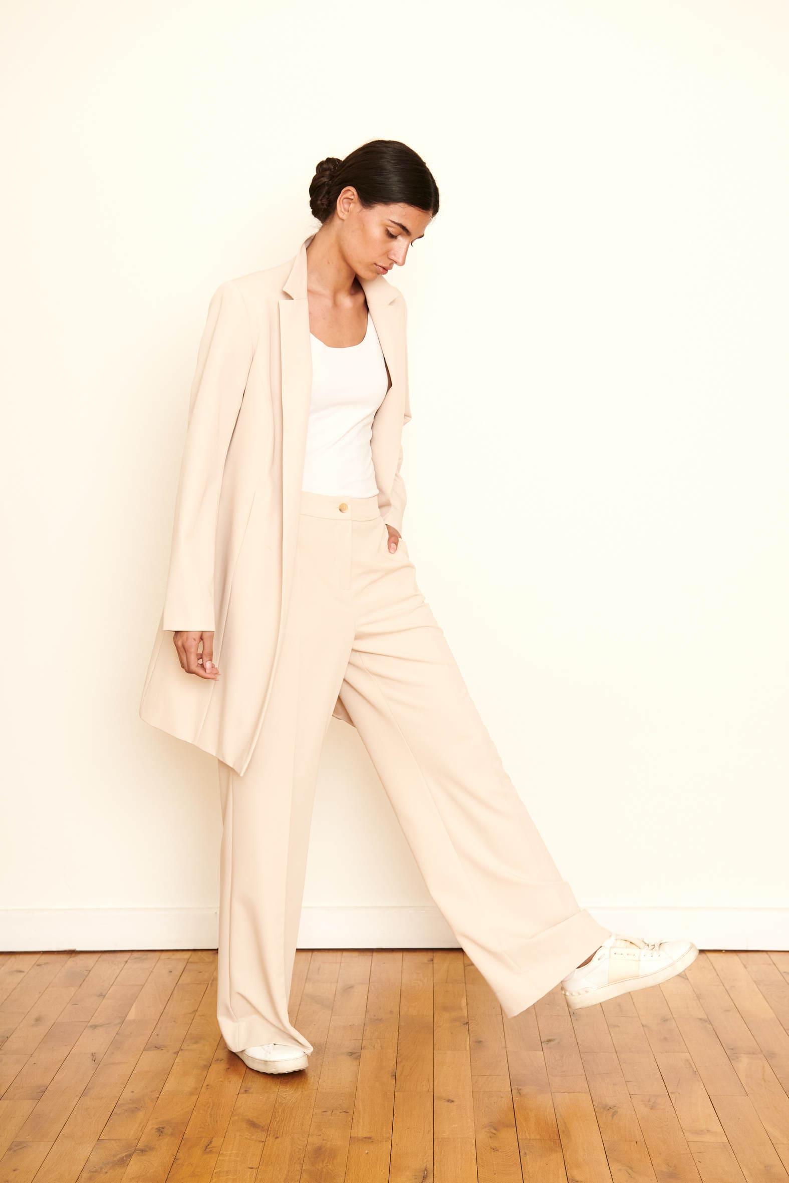 Verleihen Sie Ihrem Look mit dieser weit geschnittenen Hose in Hightech Materialien ein Upgrade - allseits elegant, puristisch, trending. Material : 72% Acetat 28% Viskose Farbe: Beige