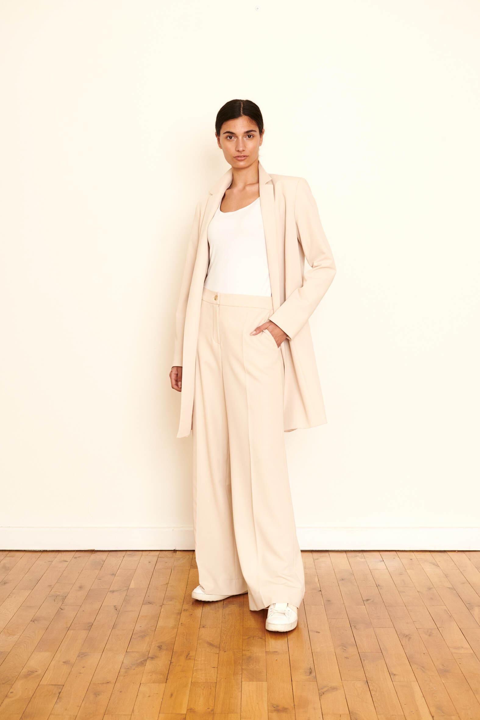 Verleihen Sie mit diesem Mantel in Hightech Material Ihrem Look ein Upgrade - allseits elegant, puristisch, trending. Material :72% Acetet 28% Viskose Farbe: Beige
