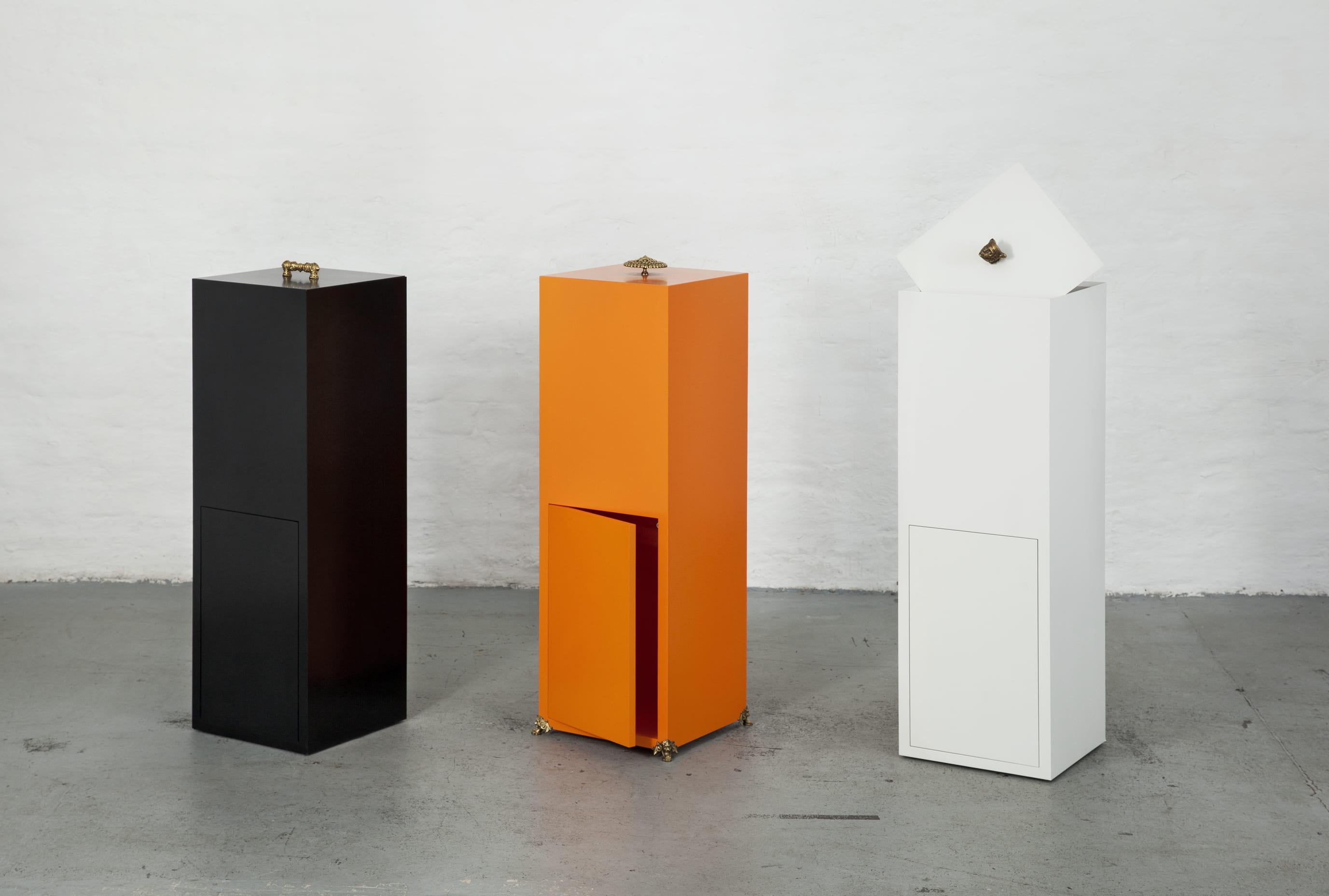 Innovativer Aufbewahrungsbehälter zur mühelosen Befestigung eines entnehmbaren Wäsche- oder Müllbeutels.