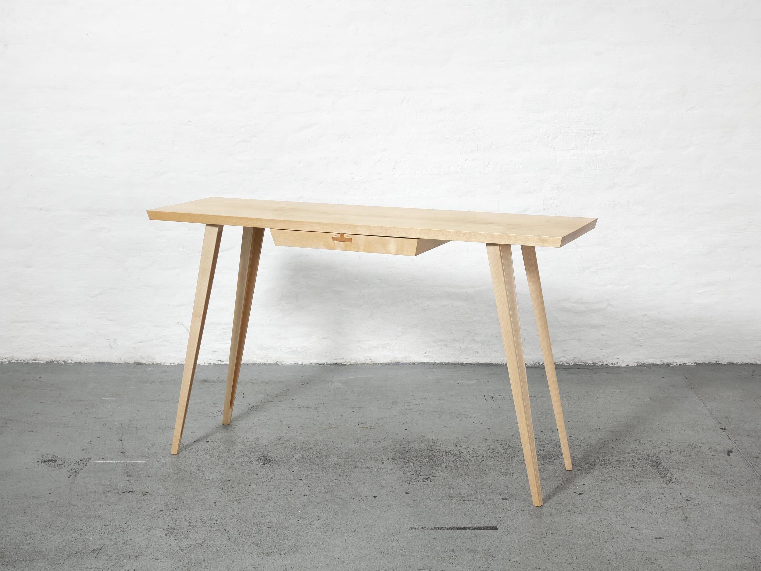 Eleganter Schreibtisch aus Ahorn, wahlweise gebeizt, gewachst mit entnehmbarem Schub. Der Schub lässt sich in beide Richtungen öffnen.
