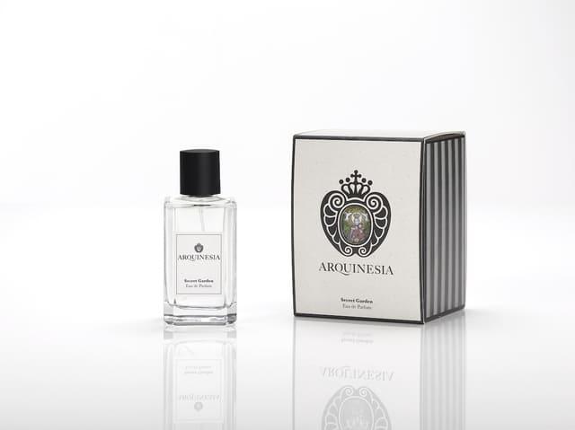 Das Eau de Parfum ist ein natürlicher Duft, der aus ätherischen Ölen mit den besten, sorgfältig ausgewählten organischen Rohstoffen hergestellt wird. Duft: Secret Garden.