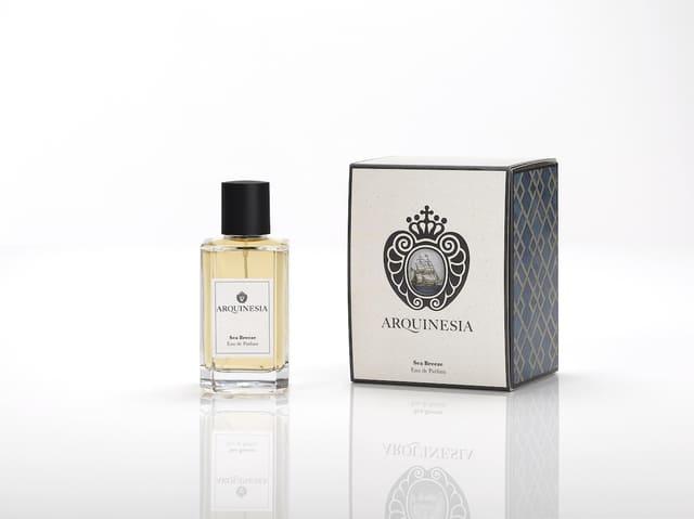 Das Eau de Parfum ist ein natürlicher Duft, der aus ätherischen Ölen mit den besten, sorgfältig ausgewählten organischen Rohstoffen hergestellt wird. Duft: Sea Breeze.