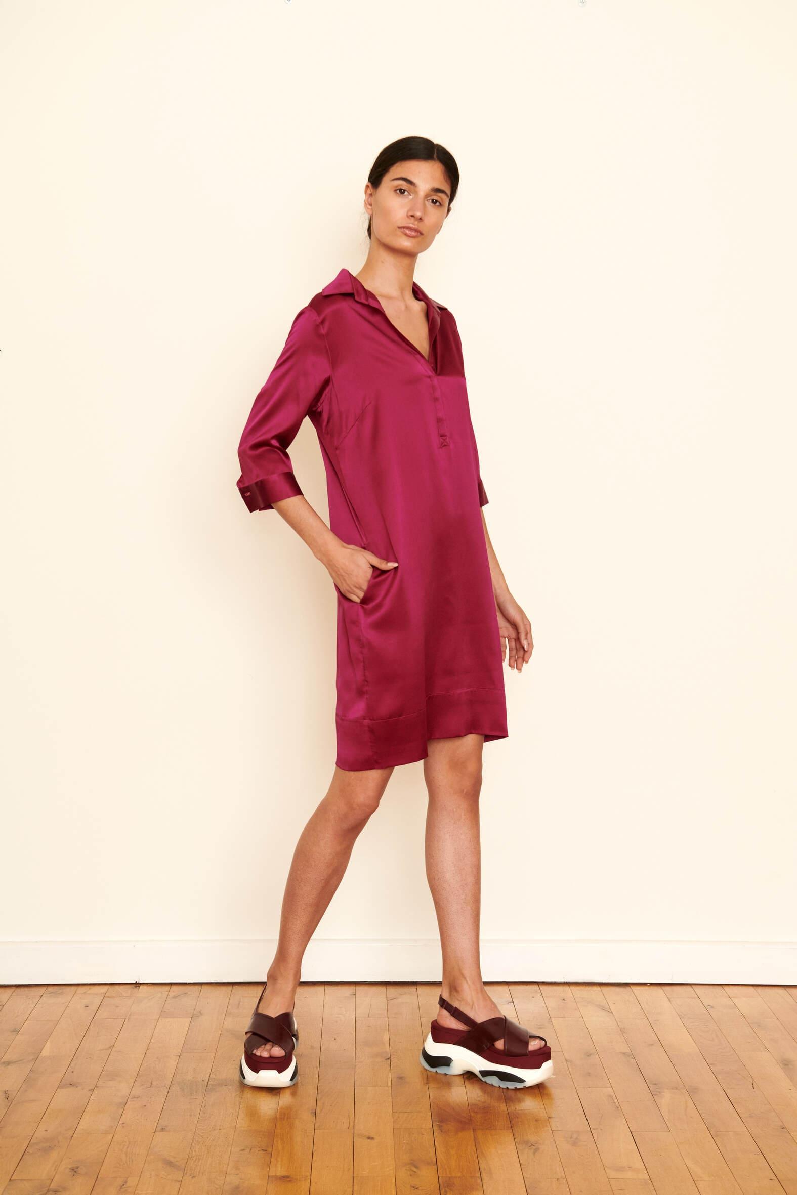 Fluides Hemdblusenkleid aus Seidensatin.