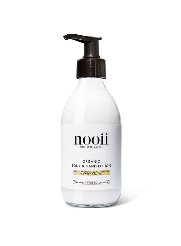 Schnell einziehende und wohlriechende Hand- & Bodylotion, welche die Haut mit viel Feuchtigkeit versorgt. Das Bio-Hagebuttenöl ist reich an Vitamin A, verbessert die Elastizität der Haut und macht sie geschmeidig. Der Duft der ätherischen Ölkombination aus echtem Lavendel, Sandelholz und Süssorange entspannt Körper und Geist. Wird mit Dosierpumpe geliefert.