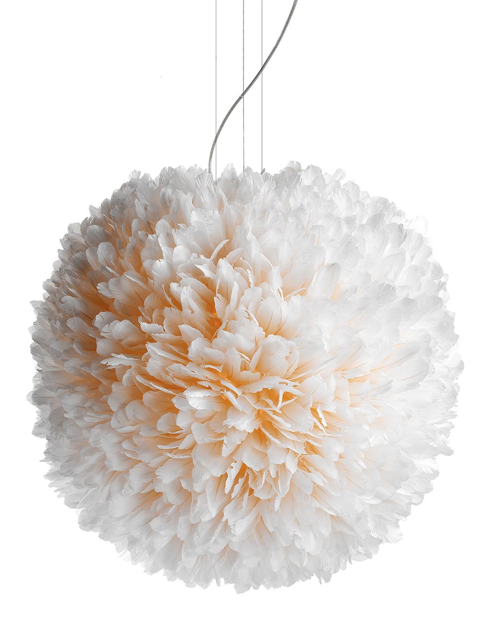 Pendelleuchte - die blütenartig gesteckte Struktur aus Gänsekielfedern erinnert an Pusteblumen. Zart und still diffundiert das weiche Licht durch das üppig weiche Material des Vogelkleids.