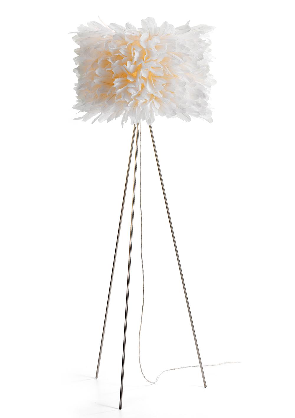 Stehleuchte - auf drei filigranen Stahlbeinen sitzt der zylindrische Leuchten-Schirm. Wie ein sich drehender Petticoat stehen die senkrecht gesteckten Gänsekielfedern in erstarrendem Schwung leicht nach oben und unten zeigend.
